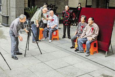 上虞八旬夫婦帶領志愿者為老人拍攝金婚照