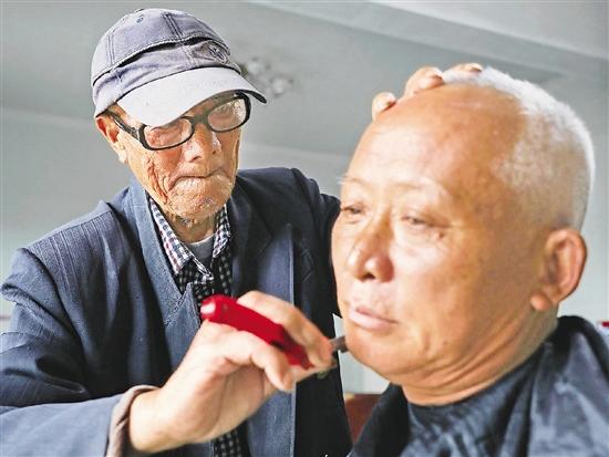 開化93歲剃頭匠方來友依然奔走鄉間