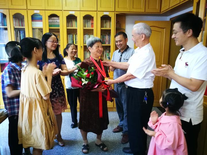 江山这对钻石婚夫妇这样秀恩爱 83岁老公给80岁老婆的生日礼物