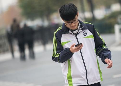 """今年1月至今,温州已处罚斑马线""""低头族""""6119例"""