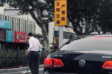 寧波街頭這一幕,好溫馨!男士下車攙扶行動不便老人過馬路