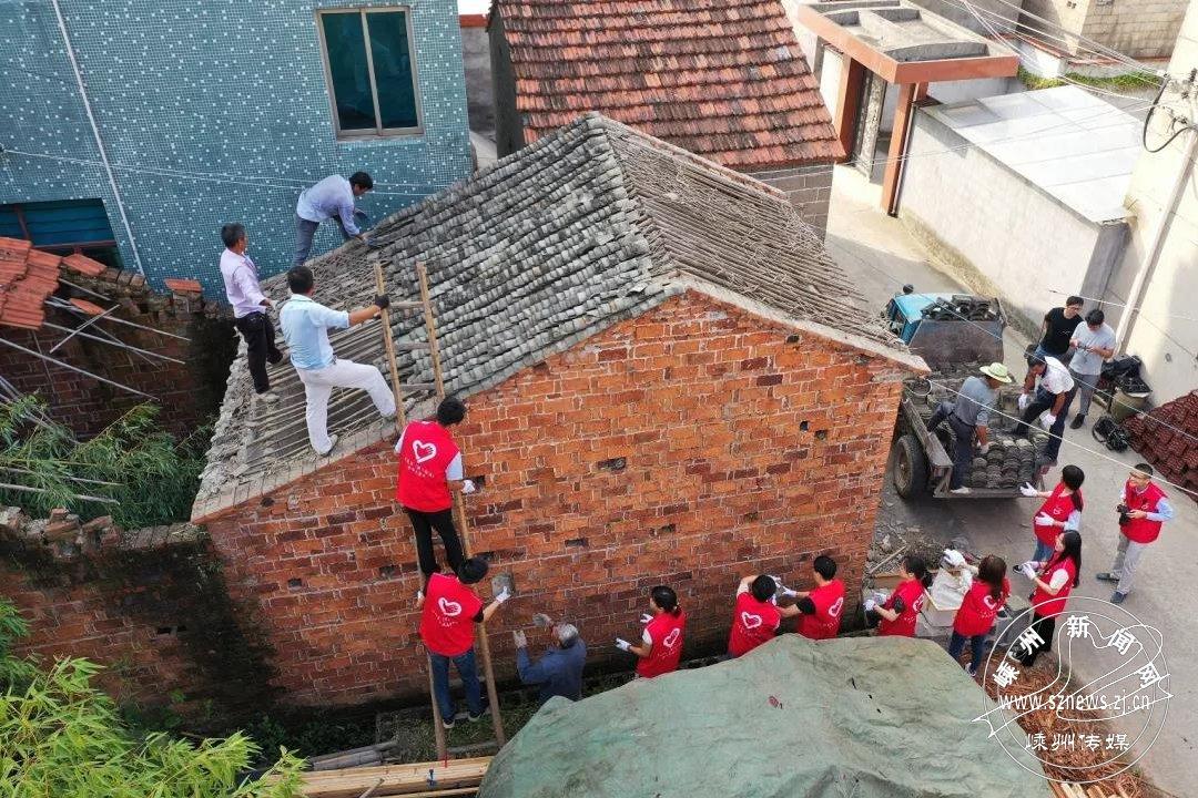 党员干部帮助老党员修缮房屋