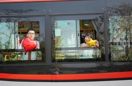 嘉興這對年輕小夫妻把公交車當婚車了!