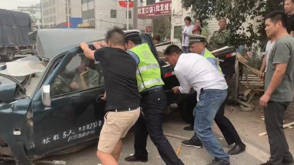 危情10分钟£¡浦江警民合力营救车祸被困人员