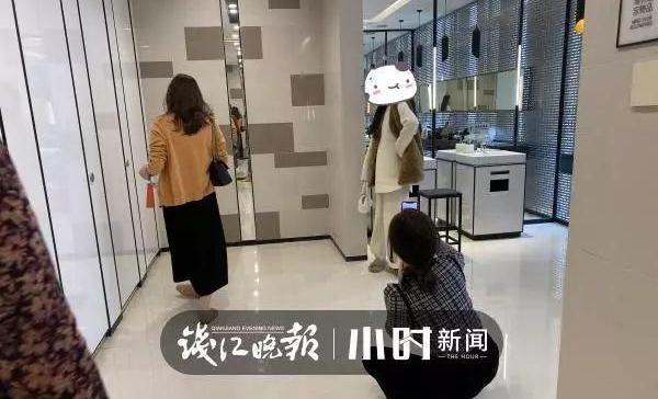 """网红摆拍霸占""""洗手间""""失掉公德"""