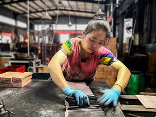 久灵笔刷公司工人忙生产铅笔