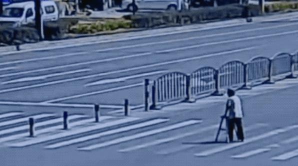 暖心!司机扶蹒跚老人过马路,车流集体礼让5分钟