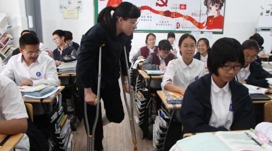 一圖淚目!臺州90后女老師拄拐杖坐輪椅上講臺