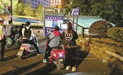 """騎電動車不戴頭盔?杭州交警請你""""看電視"""""""