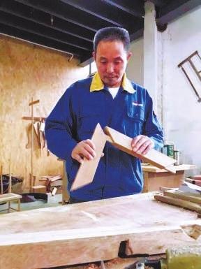 王木头和续张嘎纪�zi��)�h�_悟透每一块木头的习性和脾气