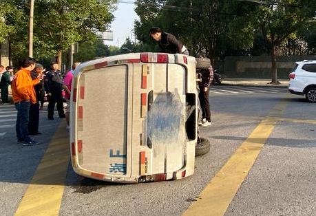马路上发生车祸 嘉兴这名医生的反应真快
