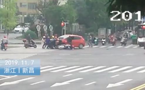 新昌女孩被压车底 路人38秒抬车救人