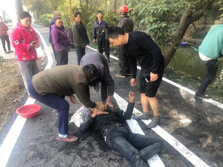 三輪車沖進河道,烏鎮鎮橫港村村民上演愛心救援