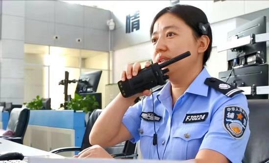 浙江長興接警員堅守崗位14年 近百個聯系電話倒背如流