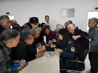 """县行政审批中心到松源街道同心社区开展""""移动窗口""""便民服务"""