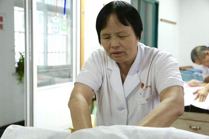 嘉興盲人中醫師資助貧困生480人:心中有光就不黑暗
