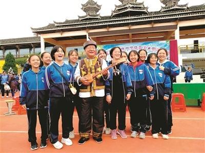 又一位陳立群式的老師!杭州教師退休后到貴州當校長