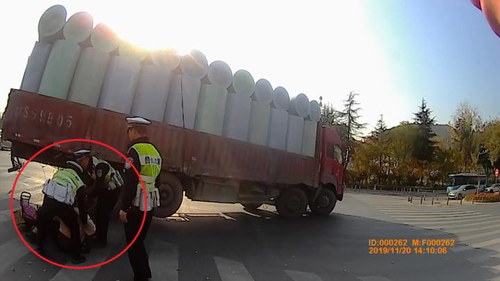 杭州臨安交警車輪下救回一對母女