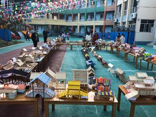 县中心幼儿园开展亲子制作廊桥活动