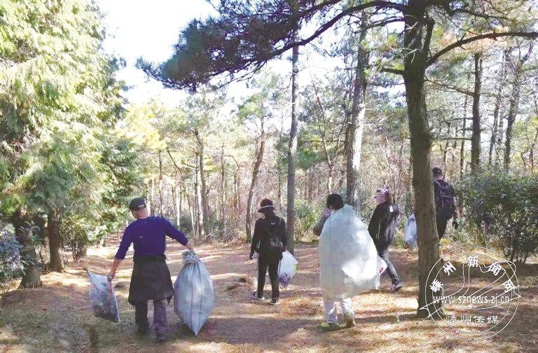 志愿者四明山上清理垃圾