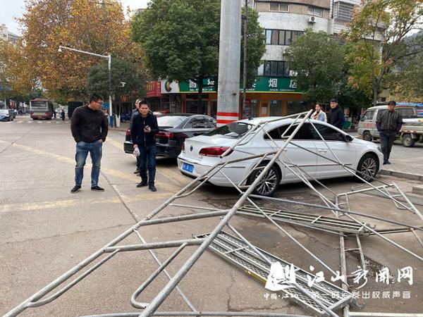 活动架倒塌砸中轿车
