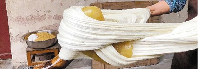 东阳:坚持手工技艺 打出香甜白糖