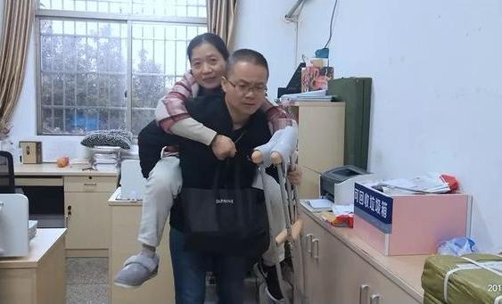 """海寧女教師每天由老公背著上下班 """"拐杖老師""""故事很暖心"""
