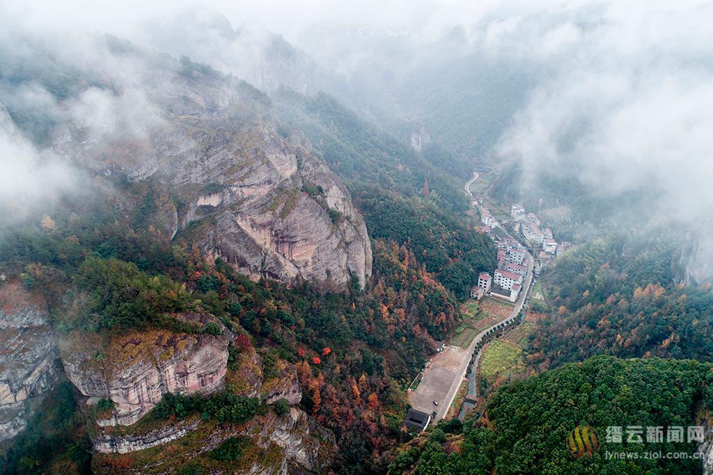 雾中岩门山