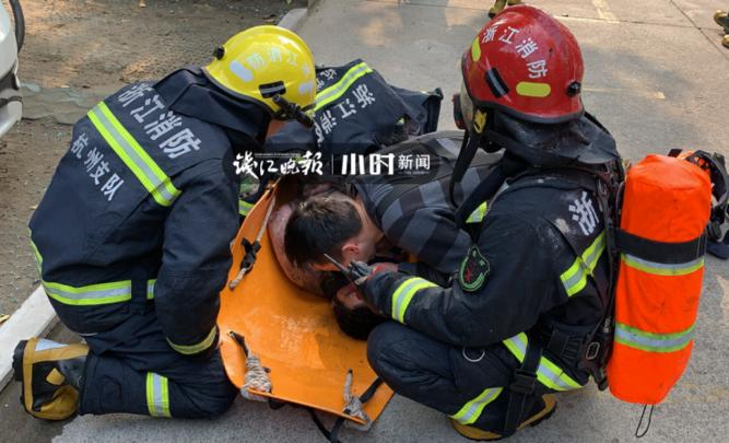 争分夺秒!伤者昏迷不醒,消防员跪地救人赢得抢救时间