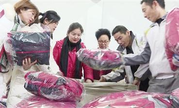 女企業家聯誼會趕制冬季校服 愛心跨越三千多米溫暖木里