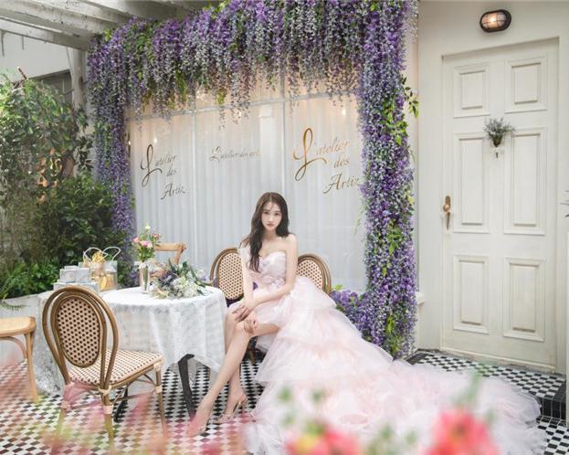 """关晓彤亲自设计出""""爱丽丝花园"""""""