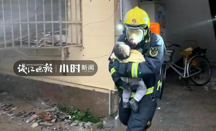 寶貝不哭!衢州居民樓起火,消防員濃煙中抱出兩歲寶寶