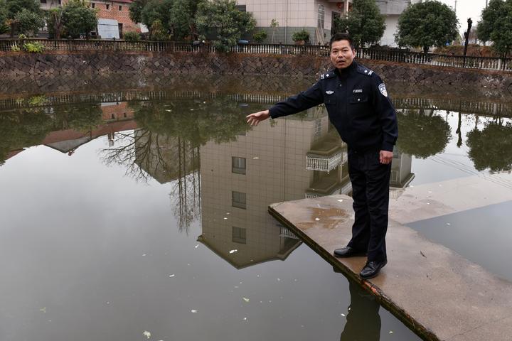 雨夜轎車墜池塘 金華輔警跳水連救5人