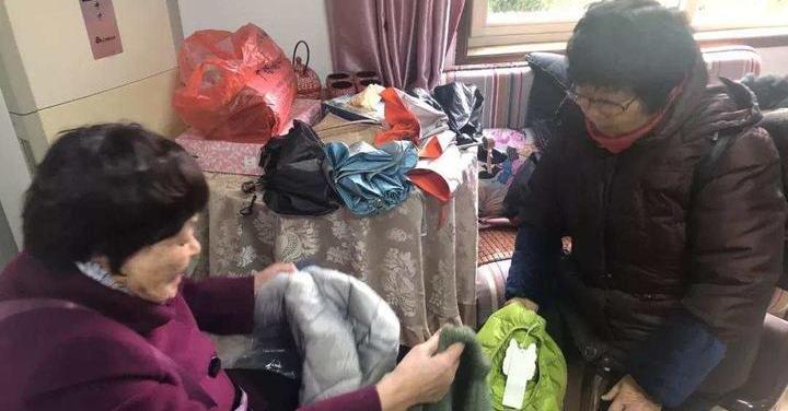 """這位""""毛衣奶奶"""",到哪都在織!"""