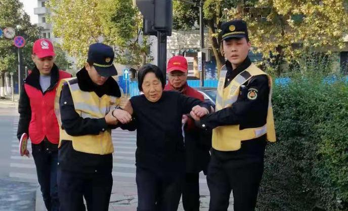 桐乡:老人扭伤脚踝 执法队员伸手相助