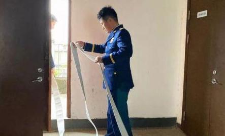 杭州新華園小區起火 消防員夫婦飛奔下樓救援
