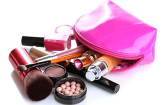 化妆包里九成化妆品遭细菌污染