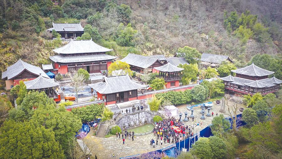 王晶新片昨日在十九峰景区开机