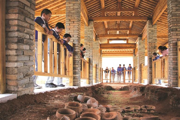 小梅镇中心小学的小梅镇瓦窑路窑址保护展示工程竣工