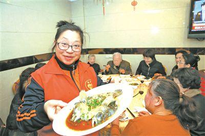"""鄞州35位特殊老人與""""兒女""""們吃上年夜飯"""