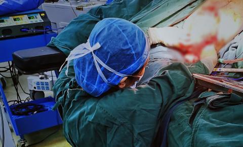 台州女医生跪地做手术 只为尽快手术让病人少受苦