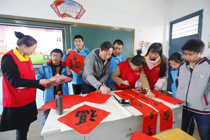"""志愿者团队走进姜山,160余名孩子欢呼""""宁波妈妈又来了"""""""