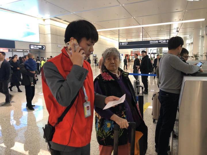 """历时两日""""爱心接力"""" 宁波机场助七旬老人顺利返乡"""