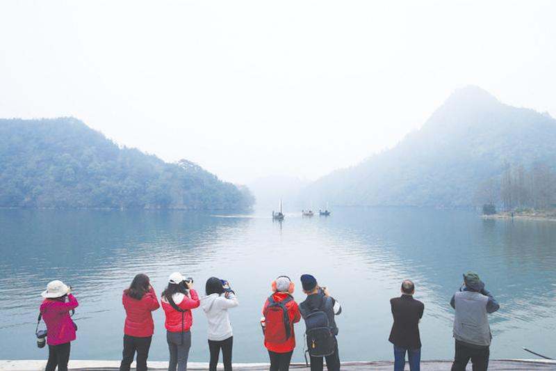 游客在拍摄瓯江帆影