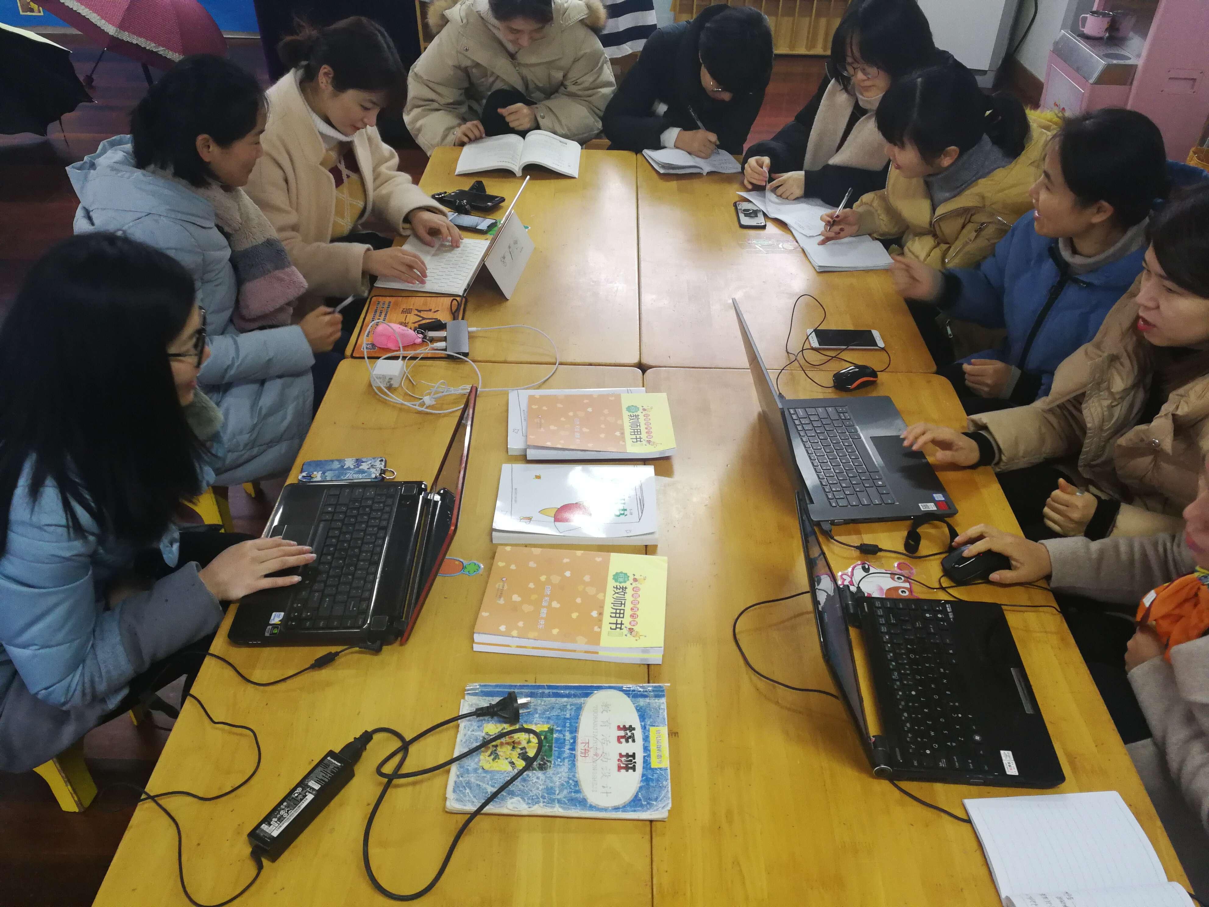主题审议促发展----记鹤琴幼儿园小小班年段教研活动