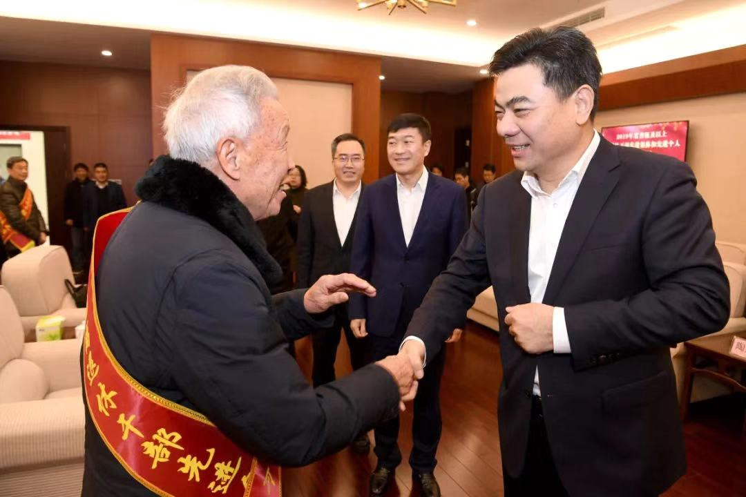 陶关锋徐军赵文中看望全国全省离退休干部先进集体和个人