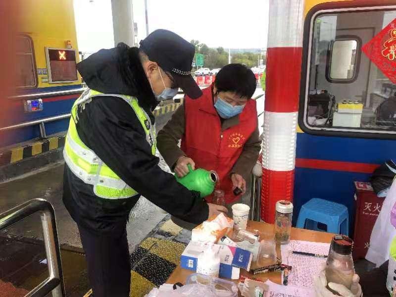 黄泽丰泽志愿队把红糖生姜热茶送到黄泽高速服务处