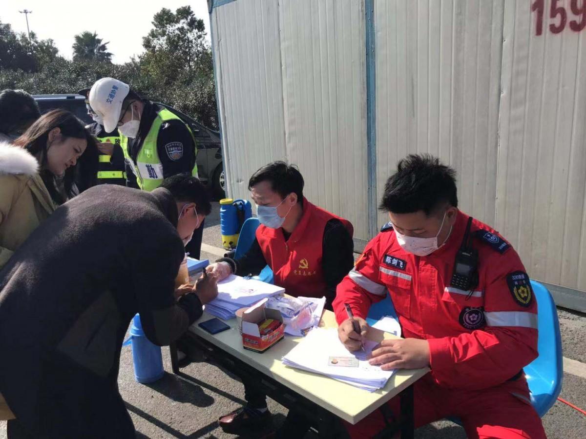 """""""志愿红""""温暖瑞城 瑞安17000多名志愿者行动在防疫一线"""