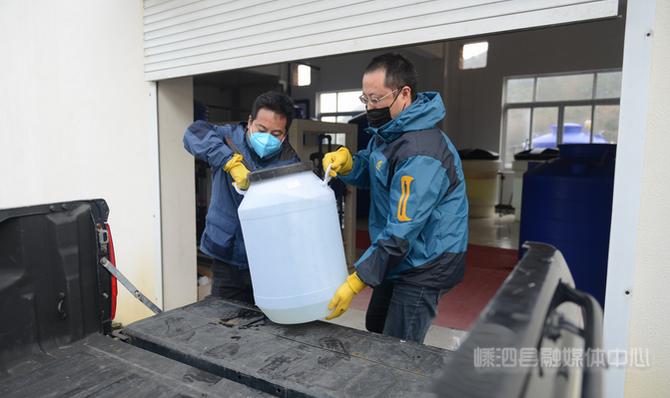 县自来水公司免费配送消毒液 共抗疫情