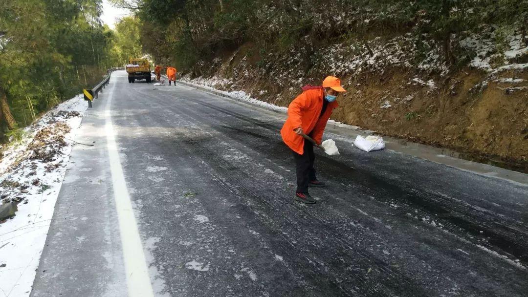 山区飘雪公路结冰,他们抢险保畅通